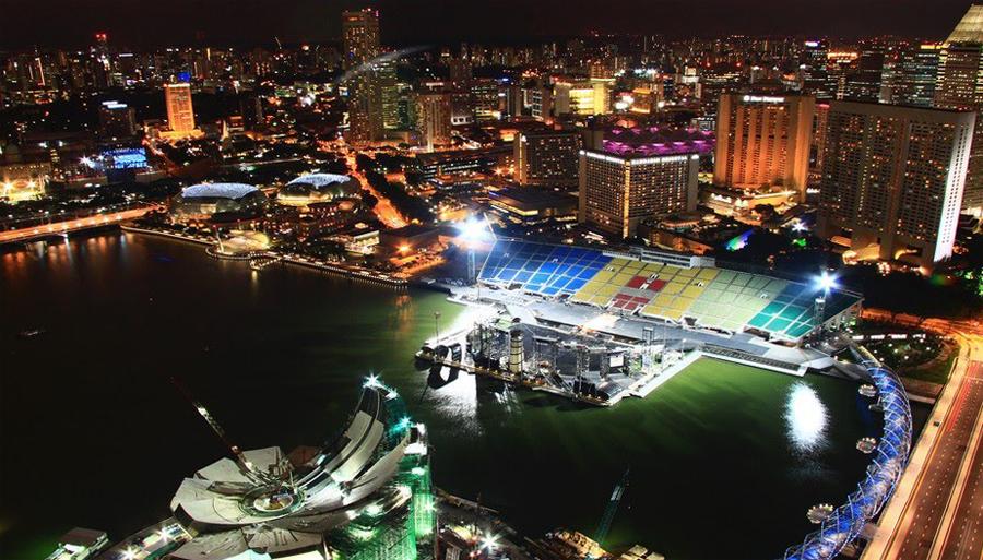 Плавучий стадион ночью