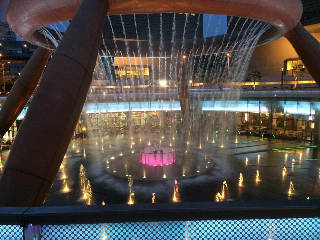 Высота фонтана более 14 метров!