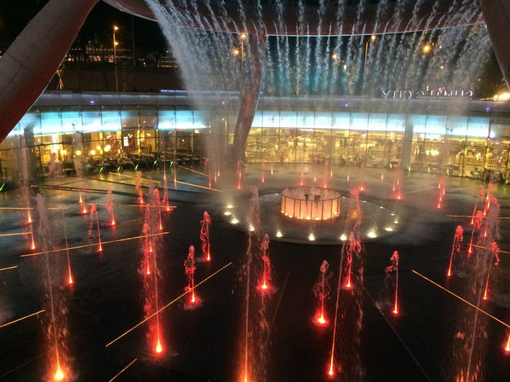 огромные водяные струи, сверкают в разноцветных огнях