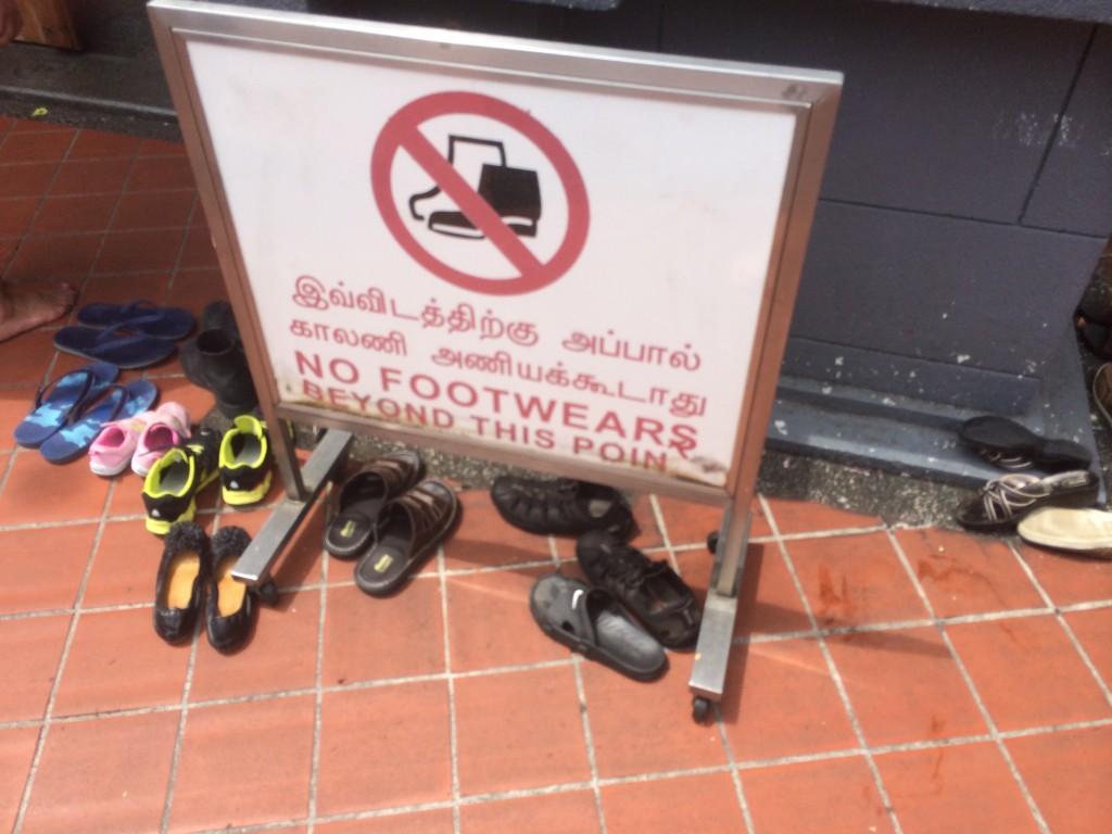 Для входа в храм нужно обязательно снимать обувь